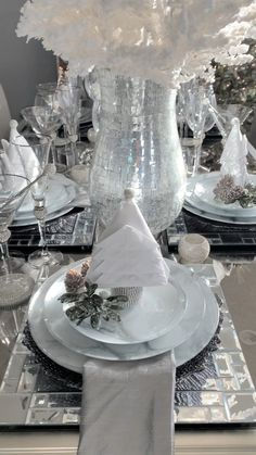 white/silver/mirror christmas dining room room ideas videos Glamorous White Christmas tablescape by RH INTERIOR DESIGNS Christmas Dining Table, Dining Room Table Decor, Christmas Table Settings, Christmas Tablescapes, Decoration Table, Xmas Table Decorations, Dining Rooms, Room Decor, Silver Christmas Decorations