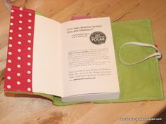 J'ai toujours un livre dans mon sac ... mais à force de le promener partout, ils'abîmemême si j'y prête attention.   J'ai donc eu l'idée d...