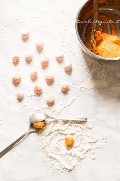 pumpkin gnocchi Pasta Recipes, Cooking Recipes, Cooking Stuff, Yummy Recipes, Pumpkin Gnocchi, Eat Lunch, Homemade Pasta, Pumpkin Recipes, Creative Food