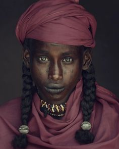 These Portraits of the World's Most Remote, Indigenous People Are Stunning - See Jimmy Nelson's Stunning Portraits of Indigenous People We Are The World, People Around The World, Around The Worlds, Tribes Of The World, Tribes In India, Africa Tribes, Hair Afro, Jimmy Nelson, Look 2018