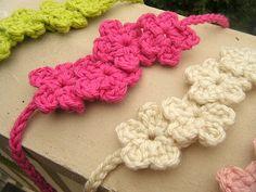 Tiny Blooms headband, so cute! Bandeau Crochet, Crochet Flower Headbands, Crochet Flower Patterns, Diy Headband, Crochet Flowers, Headband Pattern, Crochet Designs, Baby Headbands, Love Crochet