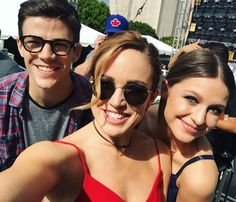 """Cait Lotz on Twitter with Grant Gustin and Melissa Benoist """"It's hot and sunny in LA @EW #EWPopFest superflashcanary."""""""