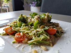 Een lekker koolhydraatarm hoofdgerecht, courgetti met kip en pesto. De courgetti kan je serveren als hoofdgerecht bij het diner, maar is ook lekker om te eten als lunch!
