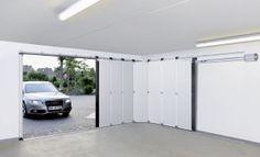 HST sectionaal deur van Hörmann. Een mooie oplossing met veel praktische mogelijkheden. Een zijdelings openende deur die veel ruimte creeert.