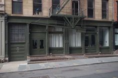 Manhattan Buildings, Garage Doors, Outdoor Decor, Life, Home Decor, Interior Design, Home Interior Design, Home Decoration, Decoration Home