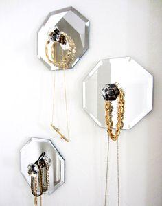 ¡Buenos días! Cuando encontré la foto del baño con la pared de azulejos de espejo  me enamoré perdidamente, yo quiero  necesito un baño...