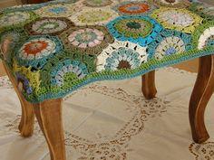Taburette: crochet covered bench