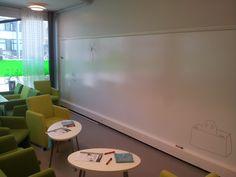 Smart Wall Paint valkoisella tussitaulumaalilla toteutettu valkotaulu TAMKin Y-kampuksella
