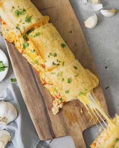 Fish Discover Chicken Mayo Garlic Bread Roll Up Two favourites chicken mayo and garlic bread rolled into one IRRESISTIBLE dinner idea! Tasty Videos, Food Videos, Cheesy Chicken Recipes, Chicken Snacks, Comida Diy, Ramadan Recipes, Cooking Recipes, Healthy Recipes, Pasta Recipes