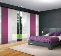 Panel japonés en el dormitorio con combinación de paneles blancos y morados