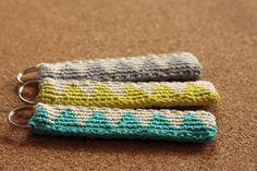 Min lille fredagsgave til jer er en nøglering med trekantmønster, hæklet i jacquard (tapestry crochet på engelsk). Det er en lidt...