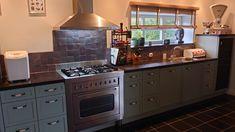 Zellige tegels worden veel toegepast als achterwand in een keuken. Zelliges TERREAU 10x10 cm Kitchen Island, Kitchen Cabinets, Home Decor, Island Kitchen, Decoration Home, Room Decor, Cabinets, Home Interior Design, Dressers