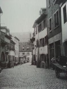"""Konviktstraße Freiburg 1854 - Schöne Darstellung der Konviktstraße Freiburg aus dem Jahre 1854 mit Blick Richtung Wolfshöhle. Weit entfernt von der heutigen Vorzeigestraße.  Die Straße hieß früher""""Hintere und Vordere Wolfshöhle"""" und war das Handwerkerviertel der Altstadt. Die Straße war nach den Schäden von 1944 lange ein Sanierungsfall und wurde erst 1972 richtig saniert und konnte sich damit zur heute bekannten Straße entwickeln.   Danke für"""