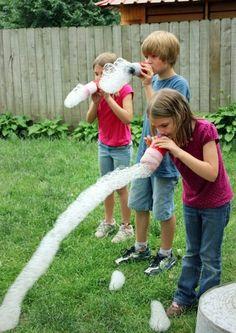 Met een leeg flesje water en een oude sok maak je iets wat je kinderen FANTASTISCH vinden deze zomer! - Zelfmaak ideetjes