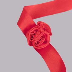 Pentru o nunta deasfasurata intr-un cadru romantic, de la care nu lipseste decorul in nuante calde, domnisoara de onoare va face parte dintr-un peisaj de poveste daca poarta un corsaj rosu cu trei trandafiri in aceeasi culoare. Acest accesoriu dragut, potrivit pentru incheietura mainii este format dintr-o panglica lunga din satin, de care sunt legati in forma de buchet trei trandafirasi delicati. Corsajul se poarta la incheietura mainii asemeni unei bratari dupa ce este asigurat cu o… Heart Ring, Jewelry, Jewlery, Jewerly, Schmuck, Heart Rings, Jewels, Jewelery, Fine Jewelry