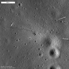 Le site d'alunissage d'Apollo 14 photographié en 2011 par la sonde orbitale LRO. On distingue le module lunaire (son premier étage, du moins), au centre, entouré d'une tache noire générée par les moteurs à l'atterrissage et au décollage. À gauche, la flèche indique l'emplacement des instruments de l'Alsep (Apollo Lunar Surface Experiments Package). La direction du Cone Crater est indiquée en haut à droite. Les traces des allées-et-venues des deux astronautes sont clairement visibles. ©…