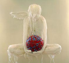 Levensgrote sculpturen van plastic zakken