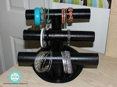 DIY Paper Towel Roll Jewelry Holder Tentar fazer com papel autocolante tipo veludo ;)