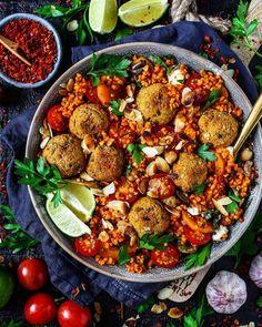Zutaten / Ingredients : Für den Bulgur-Salat / bulgur salad: 250gr Bulgur / Bulgur 1 Paprika / red pepper 1-2 Möhren / carrots 1 Zwiebel / onion ein paar kleine Tomaten / small tomatoes frische Pet…