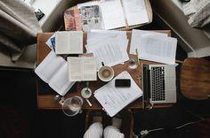 Vaak als ik studeer ligt mijn hele bureau overhoop. Dit brengt soms frustraties met zich mee. Het vreemde eraan is dat ik wel weet waar dat alles ligt.