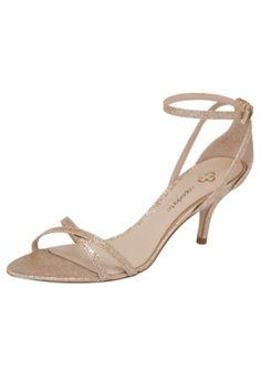Sandália Capodarte Salto Baixo Fino Glitter dourada, com acabamento em glitter e fecho por fivela.