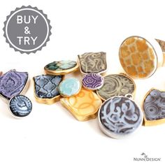 Texturizing and Colorizing Epoxy Clay will become one of your new favorite jewelry making techniques. Try out this step-by-step DIY jewelry tutorial to learn how to make bracelets, necklaces, and more with gorgeously texturized and colored clay eleme Charm Armband, Armband Diy, Diy Jewelry Tutorials, Clay Tutorials, Online Tutorials, Castin Craft, Resin Uses, Uv Resin, Resin Art