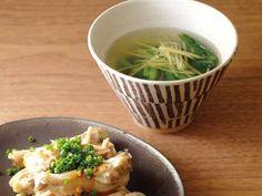 ゆで鶏手羽と小松菜しょうがスープレシピ 講師は平山 由香さん|鶏のうまみがじんわりしみ出たスープと、しっとりと蒸らして仕上げた鶏手羽肉。なんと2品同時にできてしまいます。なんだかおトクな気分!
