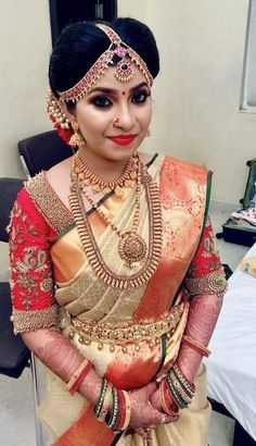 Wedding makeup gold colour 26 new Ideas Kerala Bride, Hindu Bride, South Indian Bride, Indian Bridal, Kerala Saree Blouse Designs, Bridal Blouse Designs, Indiana, Indian Beauty Saree, Indian Sarees