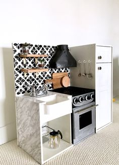 Kitchen Remodel Ideas - Looking for a fun and easy DIY Play Kitchen that's not plastic? Learn how to remodel a toy ktichen. Check out this DIY play kitchen here. Diy Kids Kitchen, Diy Kitchen Decor, Toy Kitchen, Home Decor, Kitchen Design, Childrens Play Kitchen, Toddler Kitchen, Wooden Play Kitchen, Barbie Kitchen
