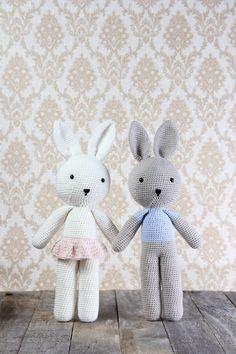 Conejos Ella y conejos Elliot - Lonnie Jacobsen Crochet Bunny, Crochet Toys, Knit Crochet, Little People, Hello Kitty, Projects To Try, Crochet Patterns, Kids Rugs, Knitting