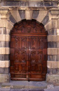 Porte de l'hôtel de ville de Serres dans les hautes-alpes, Provence. France.