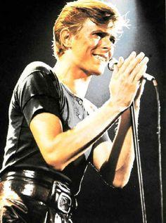 Bowie with the cool belt Bowie Starman, David Jones, David Bowie Pictures, David Bowie Born, The Thin White Duke, Pretty Star, Ziggy Stardust, Major Tom, Artists
