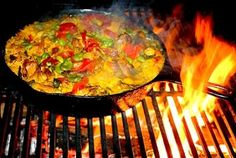 Paella Pot - Old Style & Favourite South-African Recipes - wicked! Braai Recipes, Veggie Recipes, Crockpot Recipes, Cooking Recipes, South African Dishes, South African Recipes, Ethnic Recipes, Fire Cooking, Fish And Seafood