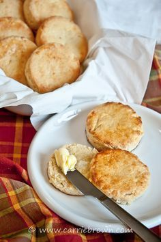 KETO Cheesy Biscuits: be still my beating heart, you are going to swoon over these fast and easy, better-than-flour cheesy biscuits!