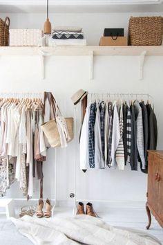 Mała garderoba - stojaki na odzież i drewniana półka