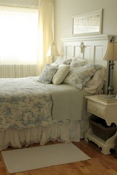 Aiken House & Gardens: Blue toile bedding in a shabby chic bedroom-HEADBOARD style! Shabby Chic Mode, Shabby Chic Bedrooms, Shabby Chic Cottage, Shabby Chic Furniture, Shabby Chic Decor, Vintage Furniture, Cottage Style, Furniture Ideas, Blue Shabby Chic