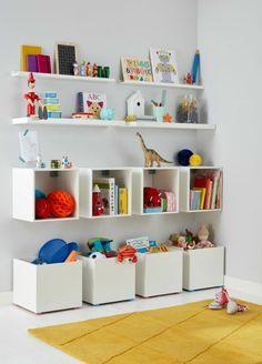 comment organiser sa chambre avec des meubles et des étagères en blanc, chambre des enfants, avec tapis en couleur jaune moutarde, murs blancs, pleins d'espaces pour les jouets