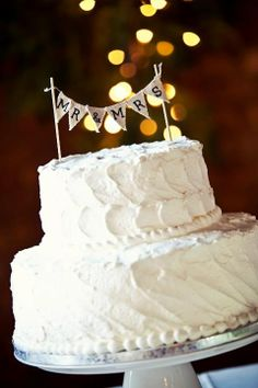 Simple cake, thats all we need. Love the simple cake topper too