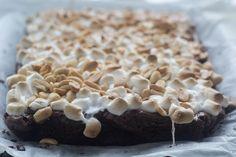 Helt fantastisk brownie med skumfiduser og peanuts. Kagen er nem at bage og så smager den bare virkelig godt :-)