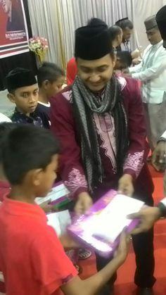 Senator Fachrul Razi Bagikan Santunan Dan Bantuan Al  Quran Ke Anak Yatim