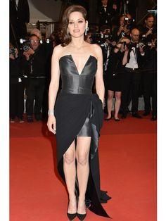 9月30日はマリオン・コティヤールの誕生日。2016年5月に行われたカンヌ映画祭では、出演作『It's Only The End Of The World(原題)』がグランプリ受賞するなど、世界的に活躍する実力派女優のマリオン。近ごろでは、ブラッド・ピットとアンジェリーナ・ジョリーの離婚劇に思わぬ形で巻き込まれたものの、長年のパートナーで仏俳優のギヨーム・カネとの間に第2子妊娠を発表し、プラピとの不倫疑惑を一蹴するなど、プライベートでも注目を集めている。41歳を迎えてますます輝くマリオンの華麗なドレスルックを2010年まで一挙に振り返り!