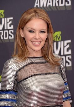 Kylie Minogue arrives at the 2013 MTV Movie Awards at Sony Pictures Studios on Sunday (April in Los Angeles. Teen Hairstyles, Celebrity Hairstyles, Haircuts, Kylie Minogue, Living In London, Mtv Movie Awards, Music Awards, Hair Styles 2014, Celebs