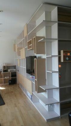 Création d'un meuble TV, rangements, bureau avec casiers suspendus et amovibles. Conception Création Crismaxel, réalisation Atelier Ferrière-Deberry