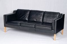 Stouby 3-seater black leather sofa Model Eva.