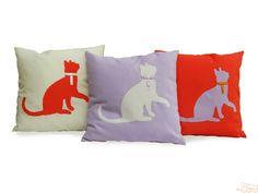 Capa de almofada e aplique em sarja de silhueta de gata com laço de cetim.  Você pode montar a combinação que quiser com as cores Laranja, Lilás e Off White.  http://domgato.com/almofadas-artesanais/capa-de-almofada-mileide.html