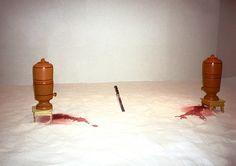 Projeto Lygia Pape | Obras | Anos 90 Alva de Prata 1997 Farinha, sangue, filtros, faca Dimensões variadas