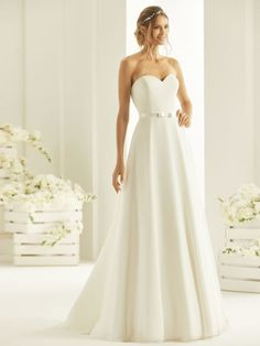 Bianco Evento manufactures beautiful wedding bridal dresses for women seeking the perfect blend of elegance and sophistication. How To Dress For A Wedding, Cheap Wedding Dress, Wedding Gowns, Cheap Dresses, Nice Dresses, Formal Dresses, Dress Silhouette, Dream Dress, Bridal Collection