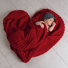 # Schwangerschaft Fotos Ziel Portrait Studio Valentine Photo Idea - Darnell R . Monthly Baby Photos, Newborn Baby Photos, Baby Poses, Newborn Shoot, Newborn Baby Photography, Newborn Pictures, Baby Newborn, Photography Tips, Newborn Poses