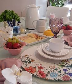 A imagem pode conter: mesa, área interna e comida Dinner Plate Sets, Dinner Plates, Food Table Decorations, Welcome Table, Kitchenware, Tableware, Dinner Room, Dinning Table, Food Inspiration