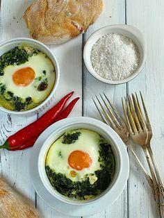 Jajka zapiekane ze szpinakiem